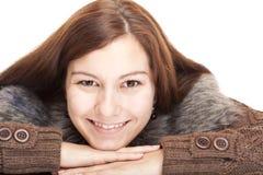 Mulher de sorriso feliz nova bonita que encontra-se no assoalho imagens de stock