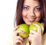 Mulher de sorriso feliz nova com a maçã dois fotos de stock royalty free