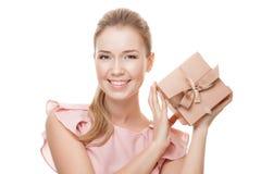 Mulher de sorriso feliz nova com um presente nas mãos Isolado Fotos de Stock Royalty Free
