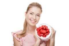 Mulher de sorriso feliz nova com um presente nas mãos Isolado Fotografia de Stock Royalty Free