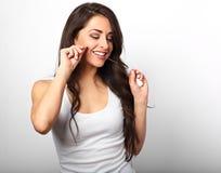 Mulher de sorriso feliz que limpa os dentes o fio dental no branco imagens de stock