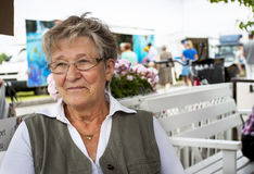 Mulher de sorriso idosa no café Fotos de Stock