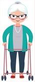 Mulher de sorriso idosa que está no corpo completo que inclina-se em um caminhante Imagem de Stock