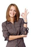 A mulher de sorriso mostra a aprovação do sinal Fotografia de Stock
