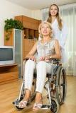 Mulher de sorriso na cadeira de rodas Fotografia de Stock