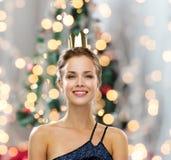 Mulher de sorriso na coroa vestindo do vestido de noite Imagens de Stock Royalty Free