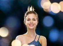 Mulher de sorriso na coroa vestindo do vestido de noite Imagens de Stock