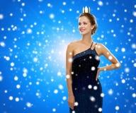 Mulher de sorriso na coroa vestindo do vestido de noite Foto de Stock Royalty Free