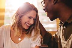 Mulher de sorriso na data com seu noivo de amor no café imagem de stock royalty free