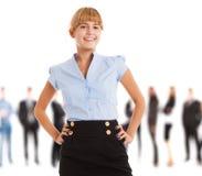 Mulher de sorriso na frente de um grupo de pessoas fotos de stock royalty free