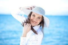 Mulher de sorriso na praia Fotos de Stock Royalty Free