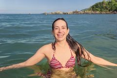 Mulher de sorriso na praia, em um dia ensolarado, verão foto de stock royalty free