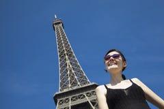 Mulher de sorriso na torre Eiffel Imagem de Stock Royalty Free