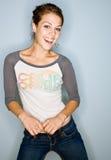 Mulher de sorriso nas calças de brim Imagens de Stock Royalty Free