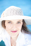 Mulher de sorriso no chapéu branco vestindo da praia Fotografia de Stock Royalty Free