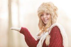 Mulher de sorriso no chapéu do inverno da pele com copyspace Imagem de Stock