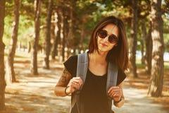 Mulher de sorriso no parque Imagem de Stock