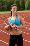 Mulher de sorriso no sutiã dos esportes com as sapatas Running em torno de sua garganta foto de stock royalty free