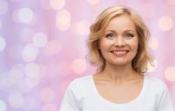 Mulher de sorriso no t-shirt branco vazio imagem de stock royalty free