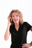 Mulher de sorriso no telefone de pilha foto de stock royalty free