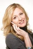 Mulher de sorriso no telefone de pilha Fotografia de Stock Royalty Free