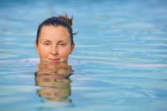 Mulher de sorriso no terno de banho… fotos de stock royalty free