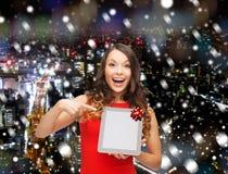 Mulher de sorriso no vestido vermelho com PC da tabuleta Imagens de Stock