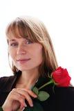 A mulher de sorriso nova bonita com vermelho levantou-se Imagem de Stock