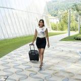 Mulher de sorriso nova com bagagem. fotografia de stock royalty free
