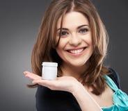 Mulher de sorriso nova com creme Fotografia de Stock Royalty Free