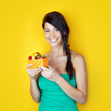 Mulher de sorriso nova com morangos Imagens de Stock