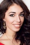 Mulher de sorriso nova com o vestido vermelho do cabelo marrom encaracolado longo Imagem de Stock Royalty Free