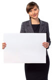 Mulher de sorriso nova com placa vazia Imagens de Stock
