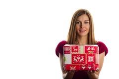 Mulher de sorriso nova com presentes de Natal Foto de Stock