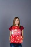 Mulher de sorriso nova com presentes de Natal Imagens de Stock Royalty Free