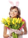 Mulher de sorriso nova com tulipas amarelas Fotografia de Stock Royalty Free