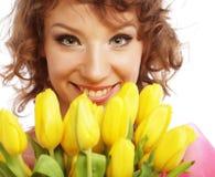 Mulher de sorriso nova com tulipas amarelas Imagem de Stock Royalty Free