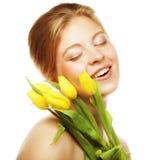 Mulher de sorriso nova com tulipas amarelas Imagem de Stock
