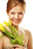 Mulher de sorriso nova com tulipas amarelas Foto de Stock