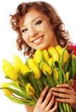 Mulher de sorriso nova com tulipas amarelas Imagens de Stock