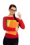 Mulher de sorriso nova do estudante que guarda livros foto de stock royalty free
