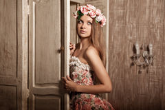 Mulher de sorriso nova luxuosa da beleza no vestido do vintage em elegante dentro Fotos de Stock