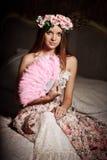 Mulher de sorriso nova luxuosa da beleza no vestido do vintage em elegante dentro Imagens de Stock Royalty Free