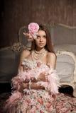 Mulher de sorriso nova luxuosa da beleza no vestido do vintage em elegante dentro Fotografia de Stock