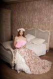Mulher de sorriso nova luxuosa da beleza no vestido do vintage em elegante dentro Imagens de Stock