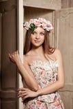 Mulher de sorriso nova luxuosa da beleza no vestido do vintage em elegante dentro Foto de Stock Royalty Free
