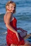 Mulher de sorriso nova na praia Foto de Stock Royalty Free