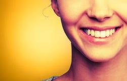 Mulher de sorriso nova no fundo amarelo foto de stock