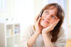 Mulher de sorriso nova que fala no telefone Fotos de Stock
