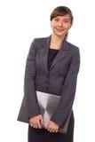 Mulher de sorriso nova que mantém o portátil fechado isolado Fotos de Stock Royalty Free